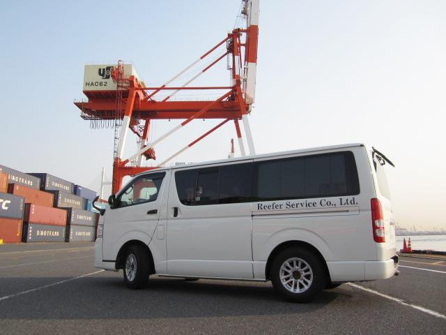 港にて海上輸送作業中の写真